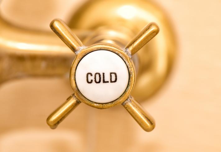 Sfeerfoto: Kraan staat op koude stand om een koude douche te nemen
